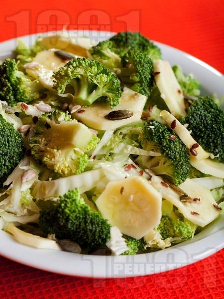 Салата с китайско зеле, броколи и тиквички - снимка на рецептата